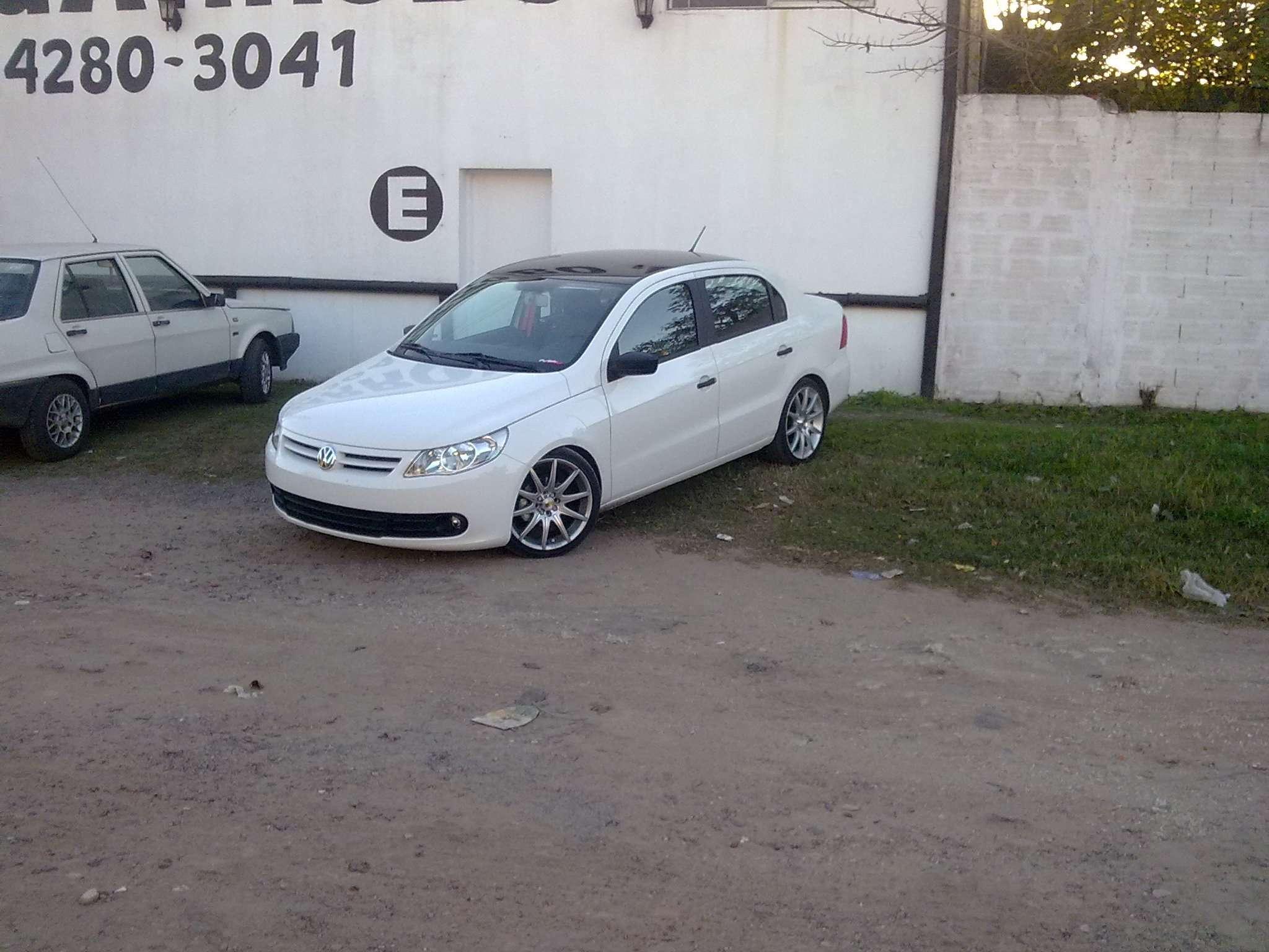 VW Voyage con Llantas 17 Momo